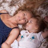 Pequeñas hija y madre en el apartamento Foto de archivo