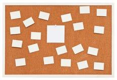 Pequeñas hojas de papel en tablero del corcho del boletín Fotografía de archivo libre de regalías