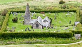 Pequeñas iglesia y yarda inglesas del sepulcro foto de archivo libre de regalías