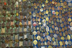 Pequeñas imágenes de Buda y de monjes en los amuletos de la piedra y del metal para la venta en mercado callejero imagen de archivo