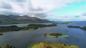 Pequeñas islas hermosas en un lago en el parque nacional de Killarney en Irlanda almacen de video
