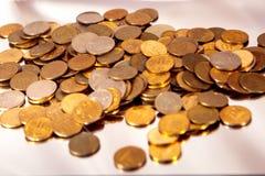 Pequeñas monedas dispersadas Fotografía de archivo