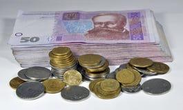Pequeñas monedas ucranianas y billetes imagenes de archivo