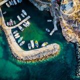 Pequeñas motoras amarradas en el muelle, isla de Paros, Grecia, visión desde arriba imágenes de archivo libres de regalías