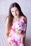 Pequeñas muchacha y madre sonrientes Árbol del Año Nuevo del abeto, bokeh Traje del perro Imagenes de archivo