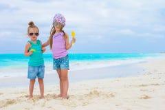Pequeñas muchachas adorables en la playa tropical blanca Fotografía de archivo libre de regalías
