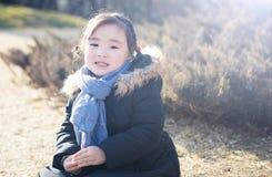 Pequeñas muchachas asiáticas preciosas que juegan en el parque Imagen de archivo libre de regalías