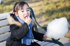 Pequeñas muchachas asiáticas preciosas que juegan en el parque Imagen de archivo