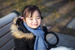 Pequeñas muchachas asiáticas preciosas que juegan en el parque Fotos de archivo