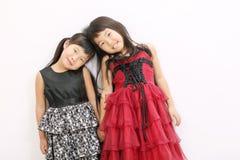 Pequeñas muchachas asiáticas que desgastan la alineada Fotos de archivo