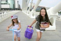 Pequeñas muchachas del estudiante que van a la escuela en ciudad Imagen de archivo libre de regalías