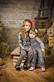 2 pequeñas muchachas del vaquero - hermanas Imagen de archivo libre de regalías