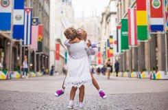 Pequeñas muchachas hermosas que caminan en Milán Fotos de archivo