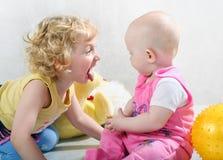 Pequeñas muchachas rizadas rubias Fotografía de archivo libre de regalías