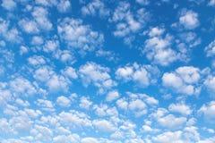 Pequeñas nubes de la blanco-nieve agradable en el cielo Imagen de archivo