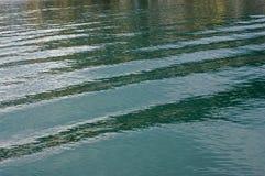 Pequeñas ondas causadas por los barcos pesqueros en el puerto de Formia Italia Imagen de archivo libre de regalías