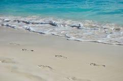 Pequeñas ondas en la orilla Fotos de archivo libres de regalías