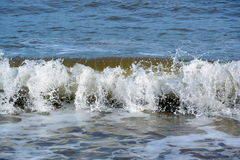 Pequeñas ondas que se estrellan sobre orilla cerca de Bridlington Imagen de archivo