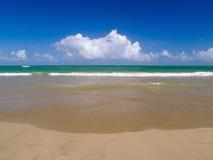 Pequeñas ondas que traslapan en una playa tropical Foto de archivo