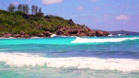 Pequeñas ondas y cantos rodados enormes en la playa en las islas de Seychelles La Digue, Cocos de Anse almacen de video