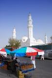 Pequeñas paradas fuera de la mezquita de Qiblatain Imagen de archivo libre de regalías