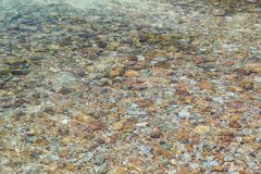 Pequeñas piedras debajo del agua Fotos de archivo libres de regalías