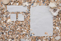 Pequeñas piedras del mar y cáscaras con el calendario, forma de menú vacía con un espacio libre bajo texto, título, anuncio, imag Imagen de archivo
