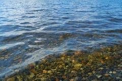 Pequeñas piedras en agua Foto de archivo libre de regalías