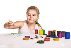Pequeñas pinturas hermosas de la muchacha en el papel sobre blanco fotografía de archivo libre de regalías