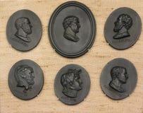 Pequeñas placas de cerámica en museo en el Wirral en Cheshire Foto de archivo