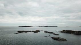 Pequeñas rocas colocadas aquí en el archipiélago de Finlandia metrajes