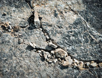 Pequeñas rocas dispersadas en una roca grande Imagen de archivo