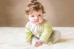 Pequeñas sentada y sonrisa del bebé Fotografía de archivo libre de regalías