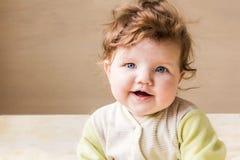 Pequeñas sentada y sonrisa del bebé Imagenes de archivo