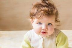 Pequeñas sentada y sonrisa del bebé Fotos de archivo libres de regalías