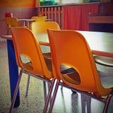 Pequeñas sillas coloreadas de una clase de escuela sin los niños Fotos de archivo libres de regalías
