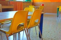 Pequeñas sillas coloreadas de una clase de escuela sin los niños Fotos de archivo