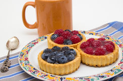 Pequeñas tartas deliciosas de la fruta fotos de archivo