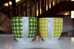 Pequeñas tazas de café detalladamente en una tabla Imagen de archivo libre de regalías