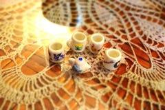 Pequeñas tetera y tazas Foto de archivo libre de regalías