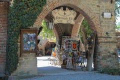 Pequeñas tiendas de souvenirs turísticas en el castillo de Grazzano Visconti Italia fotografía de archivo