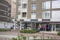 Pequeñas tiendas en área residencial krasnodar Fotos de archivo libres de regalías