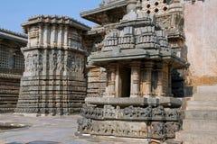 Pequeñas torres y alivios adornados en las paredes cerca de la entrada del este del templo de Hoysaleshvara, Halebid, Karnataka,  Imágenes de archivo libres de regalías