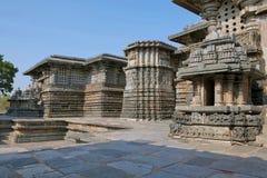 Pequeñas torres y alivios adornados en las paredes, templo de Hoysaleshvara, Halebid, Karnataka, visión desde la entrada del este Imágenes de archivo libres de regalías