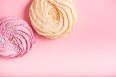 Pequeñas tortas deliciosas en el área rosada Fotos de archivo libres de regalías