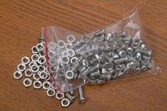 Pequeñas tuercas - y - tornillos Imagen de archivo
