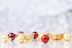 Pequeñas velas con rojo y bolas decorativas de la Navidad del oro Fotos de archivo