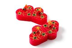 Pequeñas velas rojas del corazón. Aislado, camino de recortes Foto de archivo libre de regalías