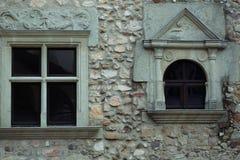Pequeñas ventanas adornadas Fotos de archivo