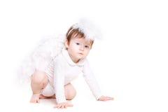 Pequeño ángel con las alas aisladas en el blanco Foto de archivo